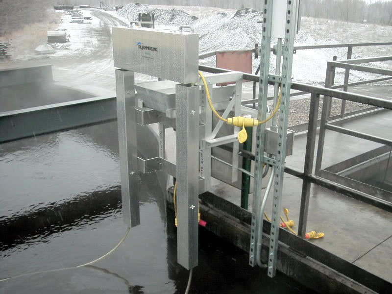 Guard Rail Mounted Oil Removal System with Model 6V tube type oil skimmer